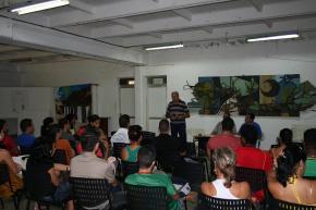 Encuentro de estudiantes con combatientes que participaron en la lucha contra bandidos