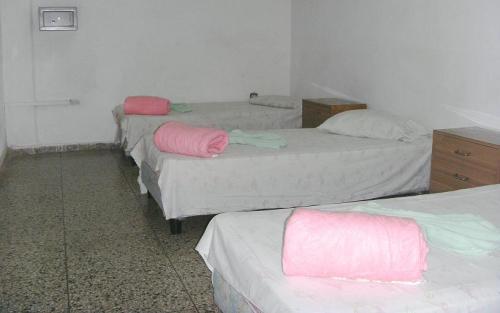 Estas son las recámaras, le vamos a poner una cama más, contribuyendo al hacinamiento