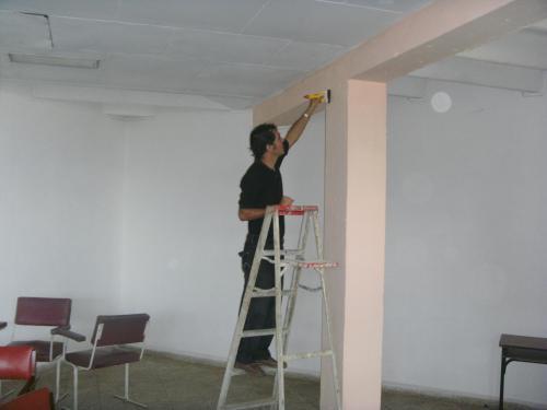 Este es Roberto haciéndose el que pinta