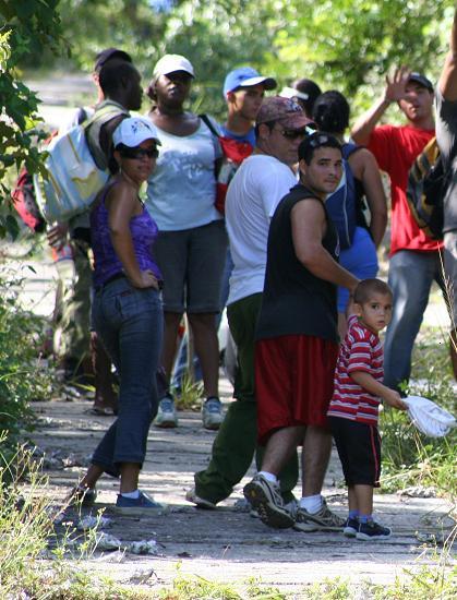 Niño acompañando a su padre escalando la loma del Pan de matanzas en el natalicio de José Martí