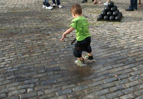 Niño jugando libremente en un charco