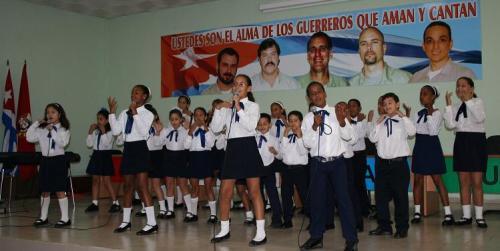 El derecho a una infancia feliz Nic3b1os-en-un-coro-cantando-por-la-libertad-de-los-cinco