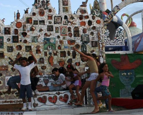 Niños jugando en el monumento dedicado a los Cinco Héroes