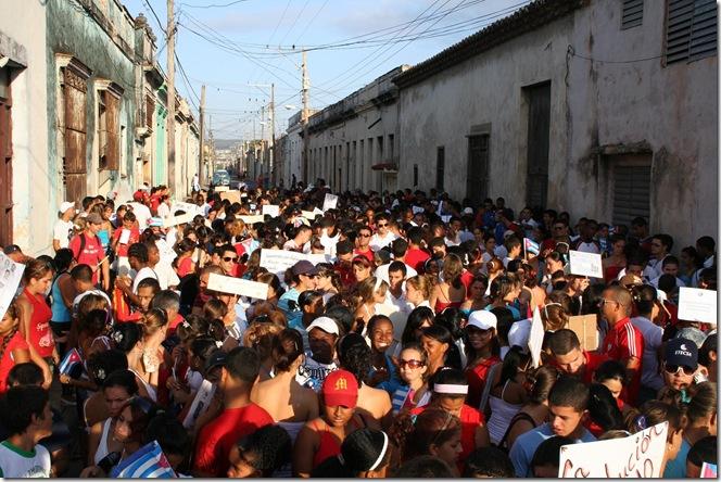 jovenes en desfile cubano