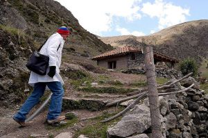 Un medico cubano pasa consulta en el pueblo venezolano de Gavidia