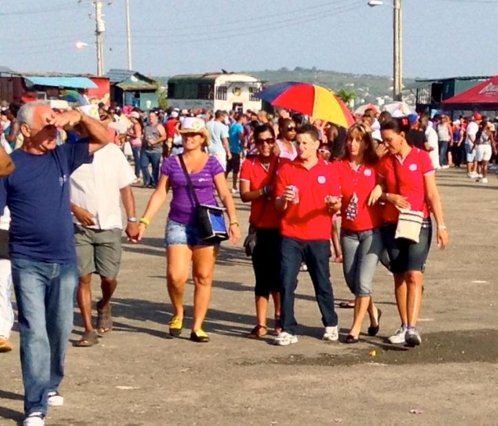 jovenes cubanos en desfile trabajadores