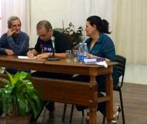 Tony firmando en apoyo al hermano pueblo de Venezuela