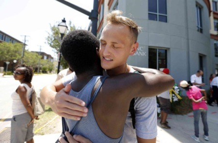 conmovedores-abrazos-negros-blancos-luego-masacre-charleston_1_2263275