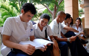 """Jóvenes de segundo año de medicina estudian en el pasillo del Instituto de Ciencias Básicas y Preclínicas """"Victoria de Girón"""". Jueves 11 de Octubre de 2007, Playa, Ciudad Habana, Cuba. Foto: Calixto N. Llanes/Juventud Rebelde"""
