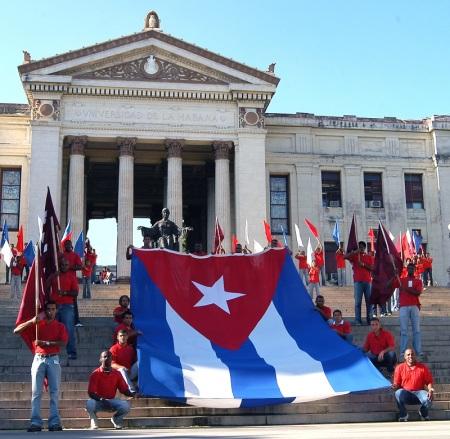 Los estudiantes y el pueblo cubano recordó los 85 años de lucha y compromiso revolucionario de la Federación Estudiantil Universitaria con la PatriaLa Escalinata de la Universidad de La Habana fue escenario para rendir tributo a la sempiterna joven Federación Estudiantil Universitaria (FEU), que en sus 85 años se renueva cada día. La campana de La Demajagua, la misma que hace 139 años llamó a la independencia, y la mascarilla mortuoria de Julio Antonio Mella, quien fundó con preclara idea la FEU, presidieron el homenaje a nuestra más antigua organización social.Faure Chomón, en representación de los estudiantes que integraron el Directorio Revolucionario 13 de Marzo, hizo el pase de lista de los mártires de la FEU, que tantas vidas aportaron a la causa revolucionaria.Al decir del presidente del Parlamento, Ri-cardo Alarcón de Quesada, quien encabezó la FEU de 1960 a 1962, esa organización tenía al nacer raíces muy profundas. «La vieja universidad había conocido los primeros sueños de Céspedes y Agramonte, el martirio de los estudiantes de Medicina y el sacrificio de muchos jóvenes que dejaron sus aulas para empuñar el machete.