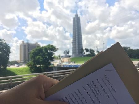 Entregando carta en la Plaza de la Revolución